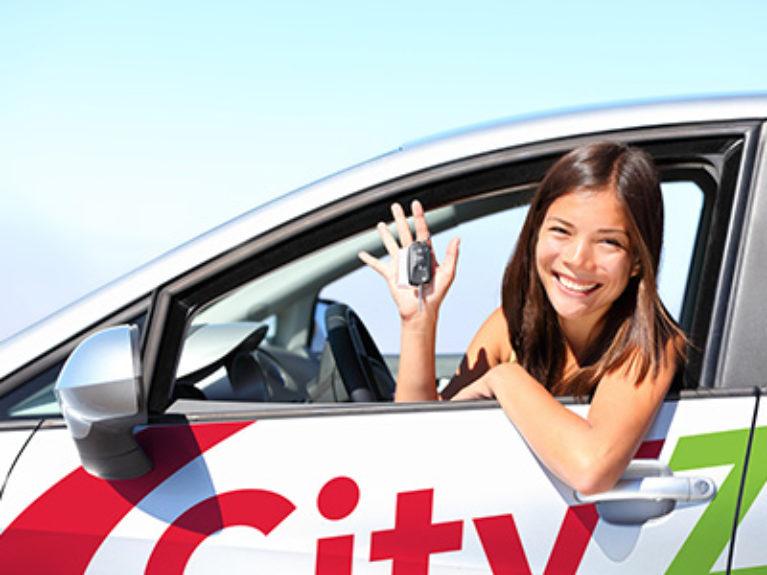 Jeune femme au volant d'une voiture