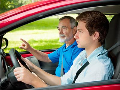 Jeune homme en conduite accompagnée
